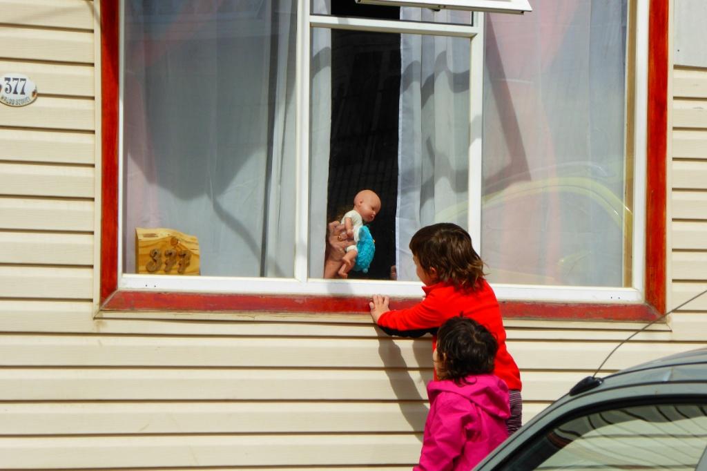 Rebeca tras los muñecos en nuestra habitación (Samarce House)