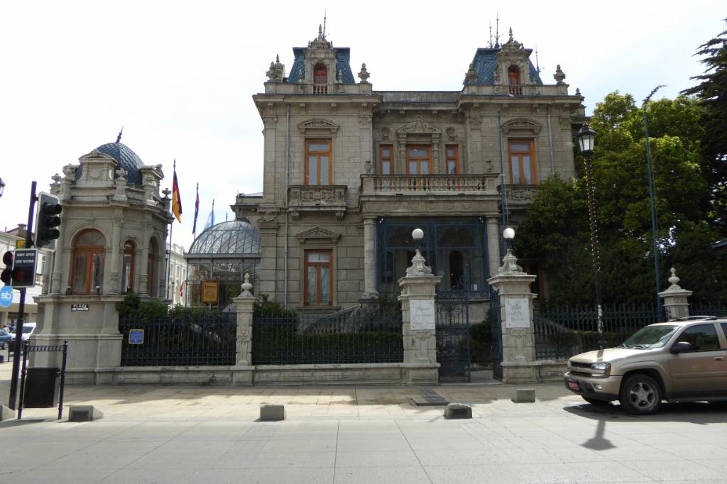 Palacio Sara Braun, de principios del siglo XX, ocupa una esquina de la Plaza de Armas