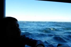 Jana contemplando las olas