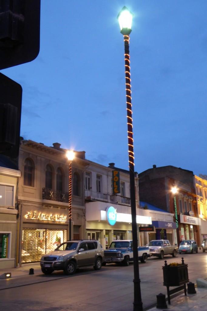 Las luces de Navidad se enroscan en las farolas, colgarlas sobre la calle sería temerario