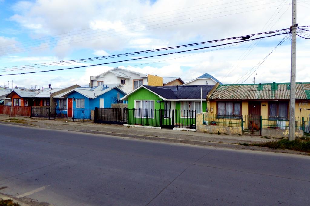 Casitas de colores iluminan las calles de la ciudad