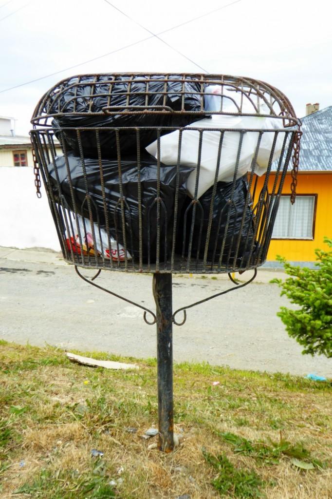 Los perros callejeros también campan a sus anchas por Punta Arenas, las papeleras estan elevadas para evitar que escampen la basura por la calle