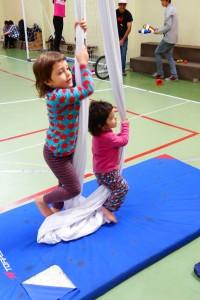Jana y Bruna en un taller del Circo del Sur promovido por la Agrupación la Vecindad