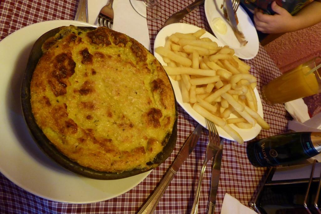 Pastel del choclo y papas fritas