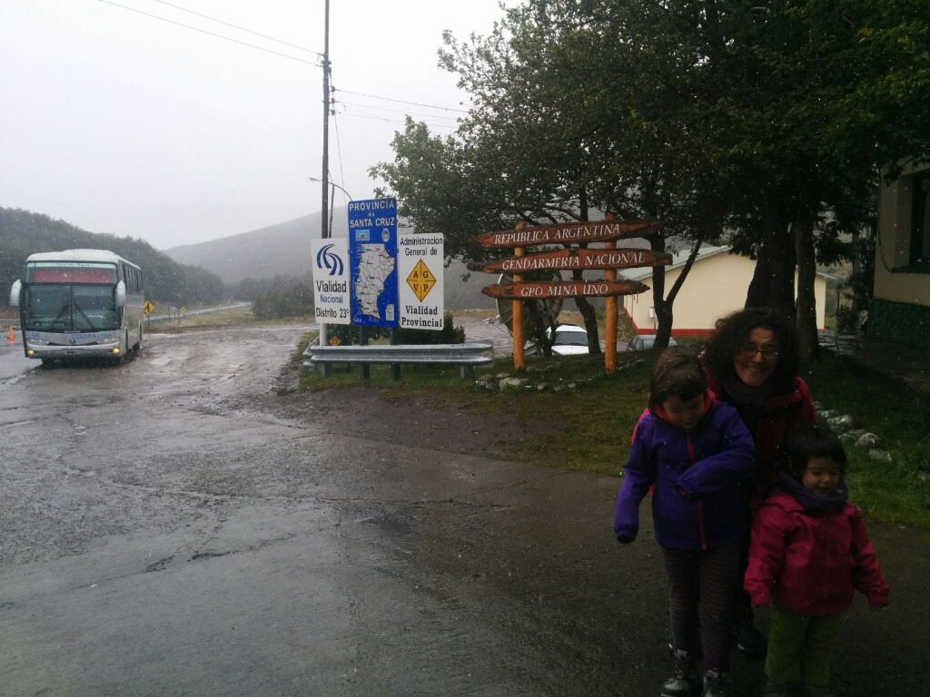 Una pequeña nevada en Río Turbio hizo el recorrido entre El Calafate y Puerto Natales un poco menos aburrido