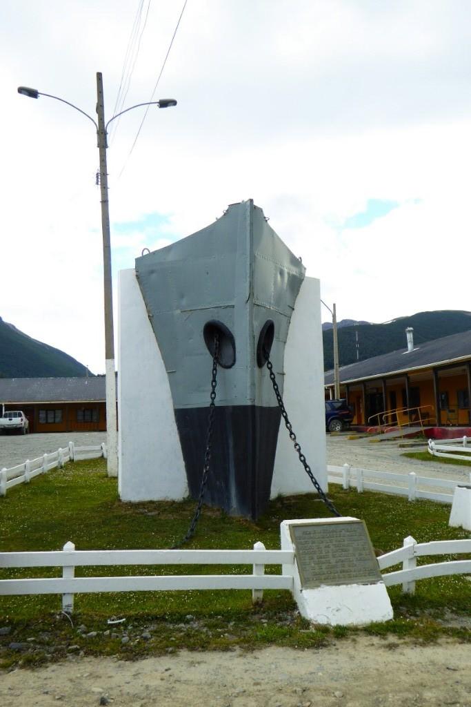 La proa del Yelcho da nombre a la calle.  Este remolcador rescató a los marineros del Endurace después de la odisea de su capitán Shackleton buscando auxilia a bordo del James Caird