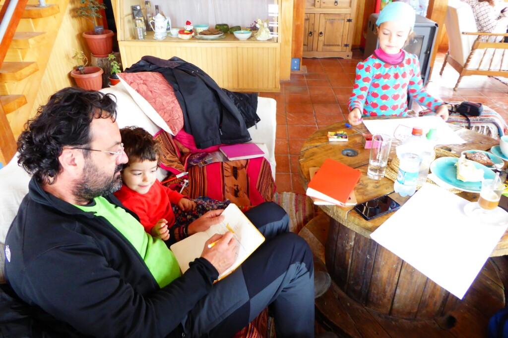 En el café Puerto Luisa Toni le dedica un dibujo a Bruna en su libreta mietras Jana prepara el suyo para Toni