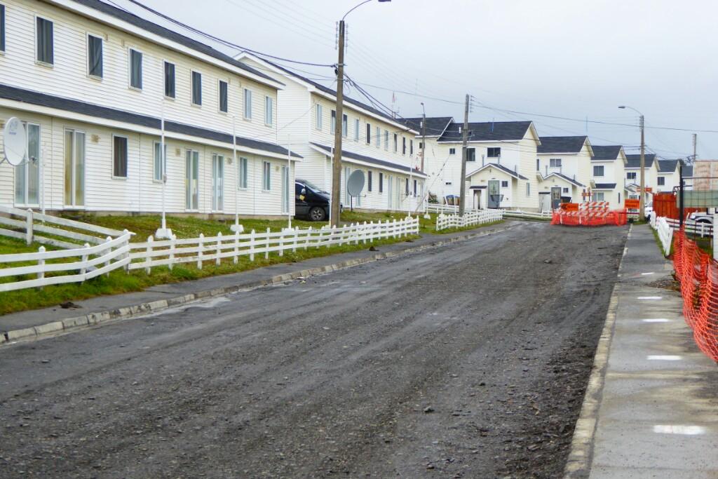 Al oeste del pueblo está la base y las casas de los militares.  Aquí las casas parecen de mejor calidad e iincluso hay un parque infantil y otro para la gente mayor.