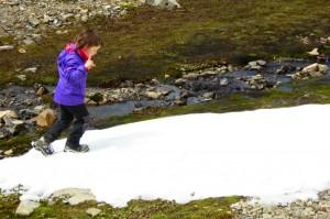 Jana, cansada en la cima, vislumbró nieve a lo lejos... De golpe, todo el cansancio desapareció y continuamos la excursón hasta tocarla.