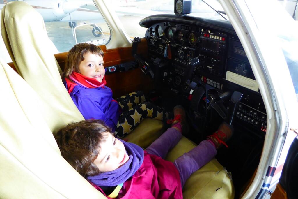 Dentro de una avioneta en el aeródromo