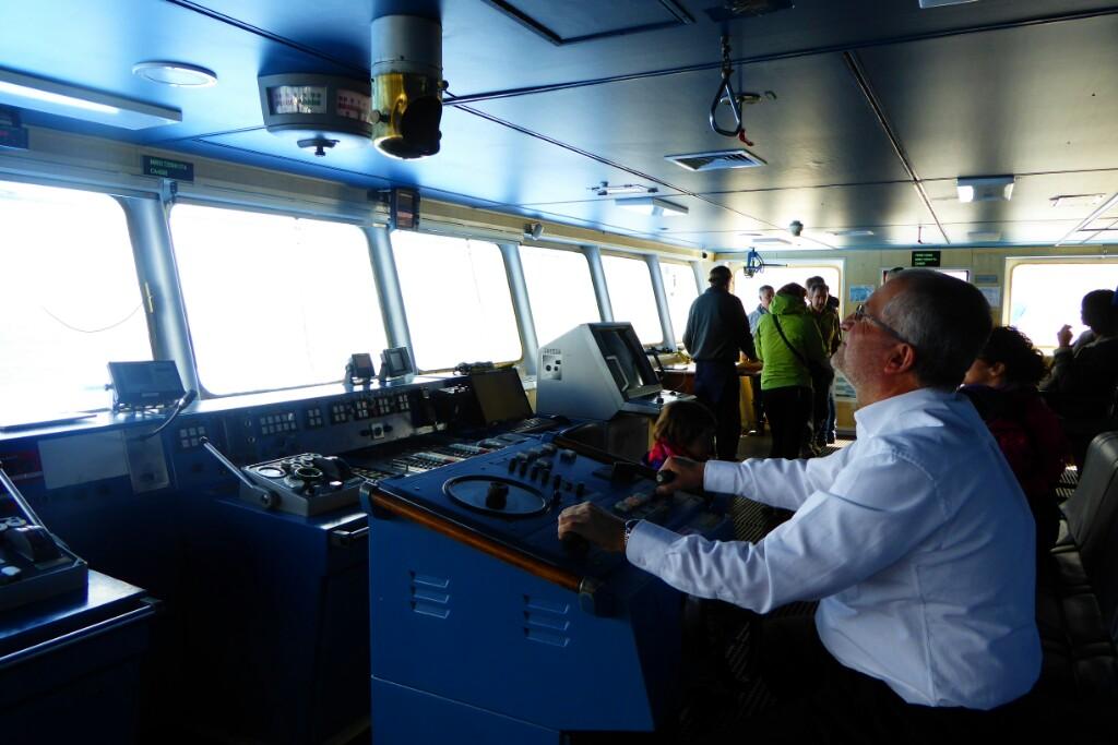 """En el puente, con el timonel explicando como se """"conduce"""" el barco"""