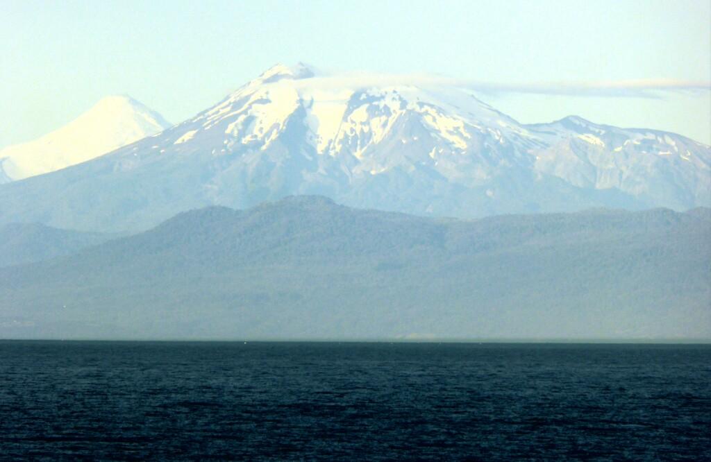 El volcán Calbuco (2003m) en primer plano con el Osorno (2652m) detrás. Éste último es el que Darwin presenció su erupción en 1835.