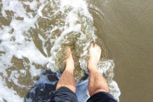 Mojando los pies en el Pacífico por primera vez.