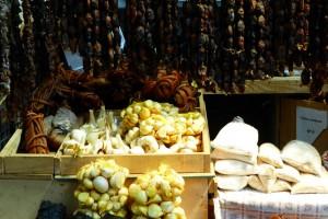 En el mercado de Castro. Típicos ajos gigantes chilotas y choritos (mejillones) ahumados