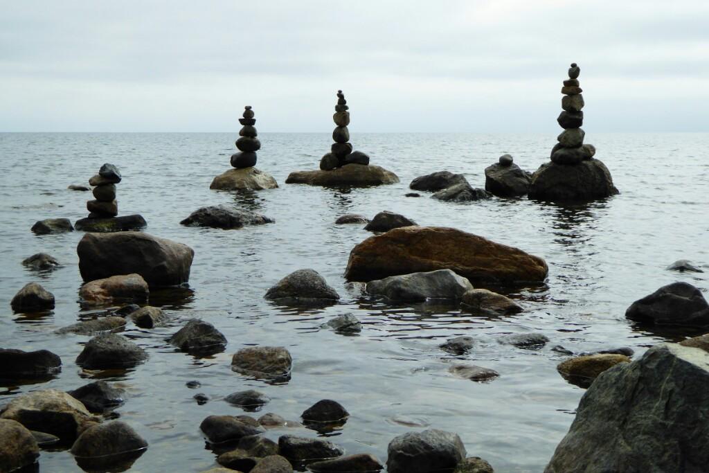 Hitos de piedras en la costa de Puerto Varas