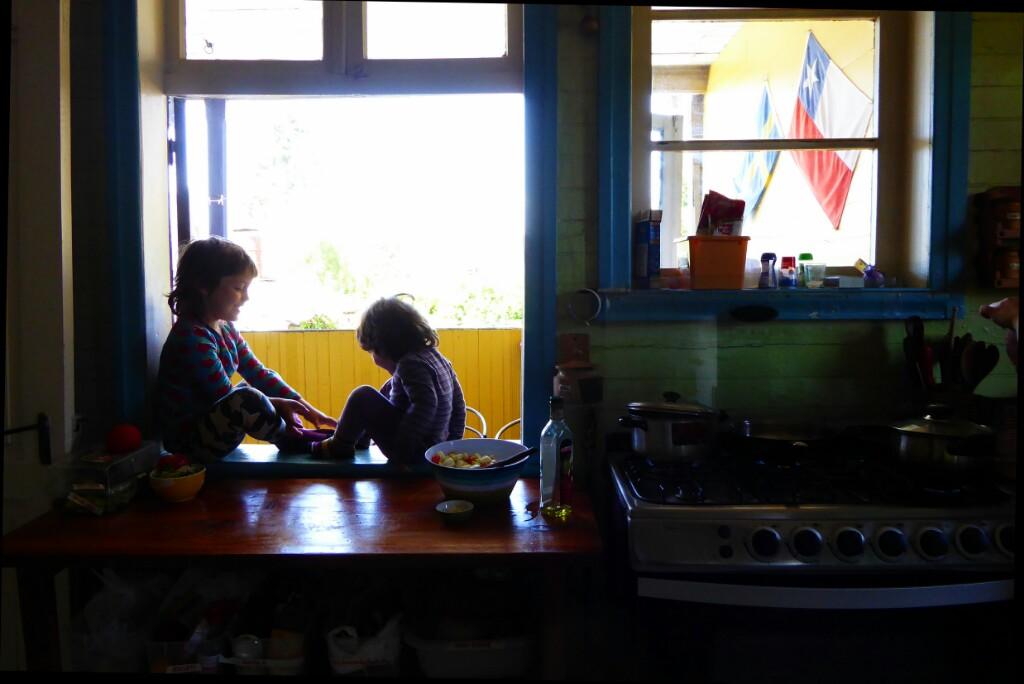 Jugando en el alfeizar de la ventana de la cocina. Entre semana los mediodías eran muy tranquilos.