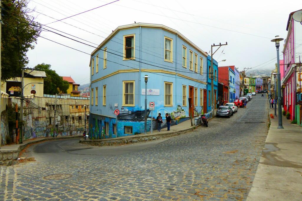 La curva de Almirante Montt, en el Cerro Alegre, junto al Café con Cuento