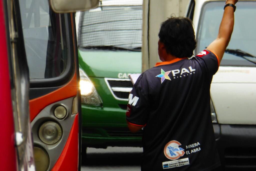 Organizando el tráfico de buses en el paradero de Condall con Pirámides