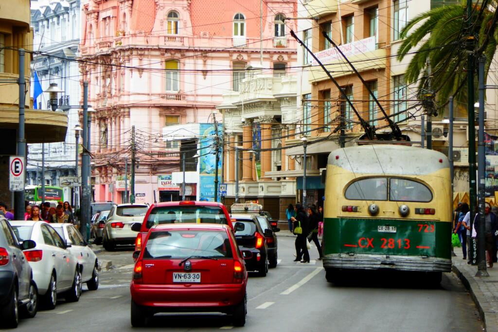 Autos y trolebuses por la Avenida Condall