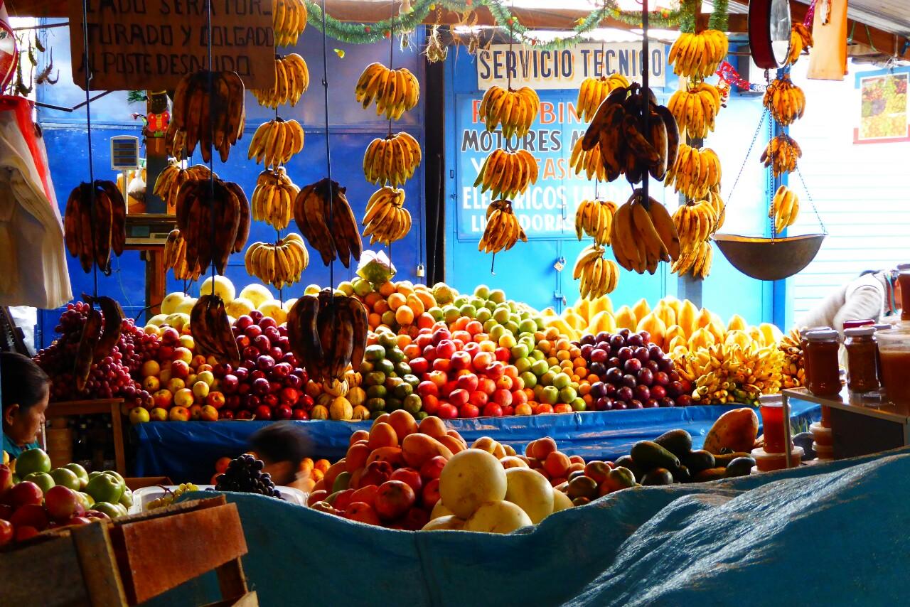 Las paradas de fruta en San Pedro o Wanchaq son un espectáculo de colores, y está muy buena