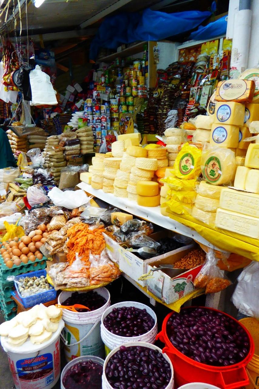 Variedad de productos en una de las paradas en el mercado de Wanchaq