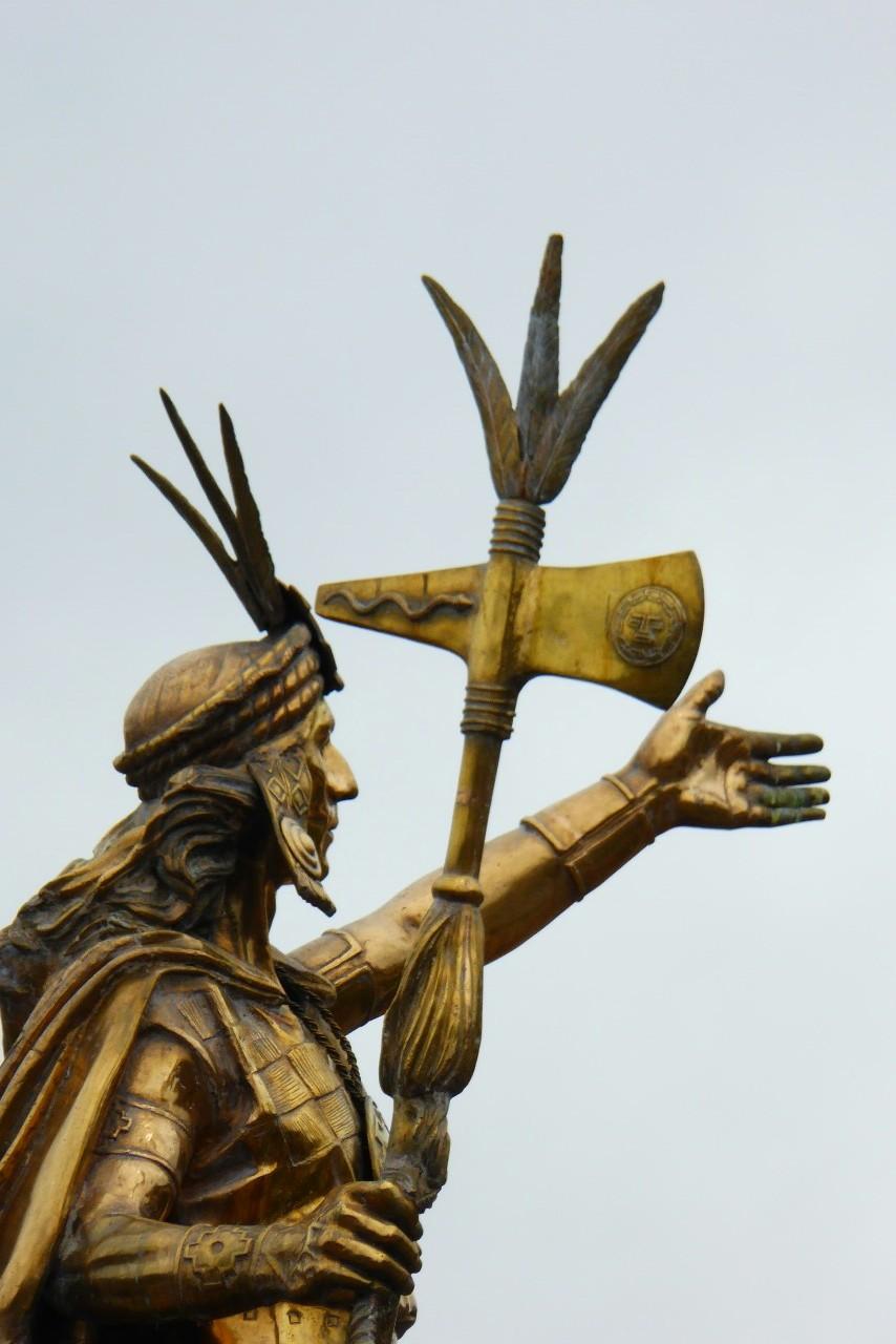 El centro de la plaza lo ocupa desde hace poco la estatua del inka, una representación de Pachachutec