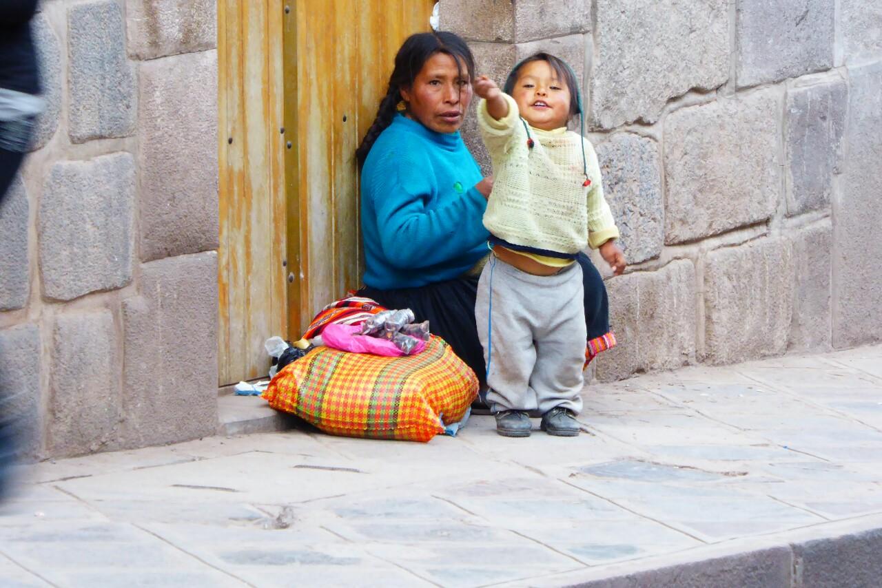 Las calles están llenas de niños de todas las edades, a menudo acompañando a sus padres en la calle mientras estos intentan vender 4 artesanías o un poco de fruta de su huerto, aunque también se les vé solos vendiendo CDs piratas o lápices de colores
