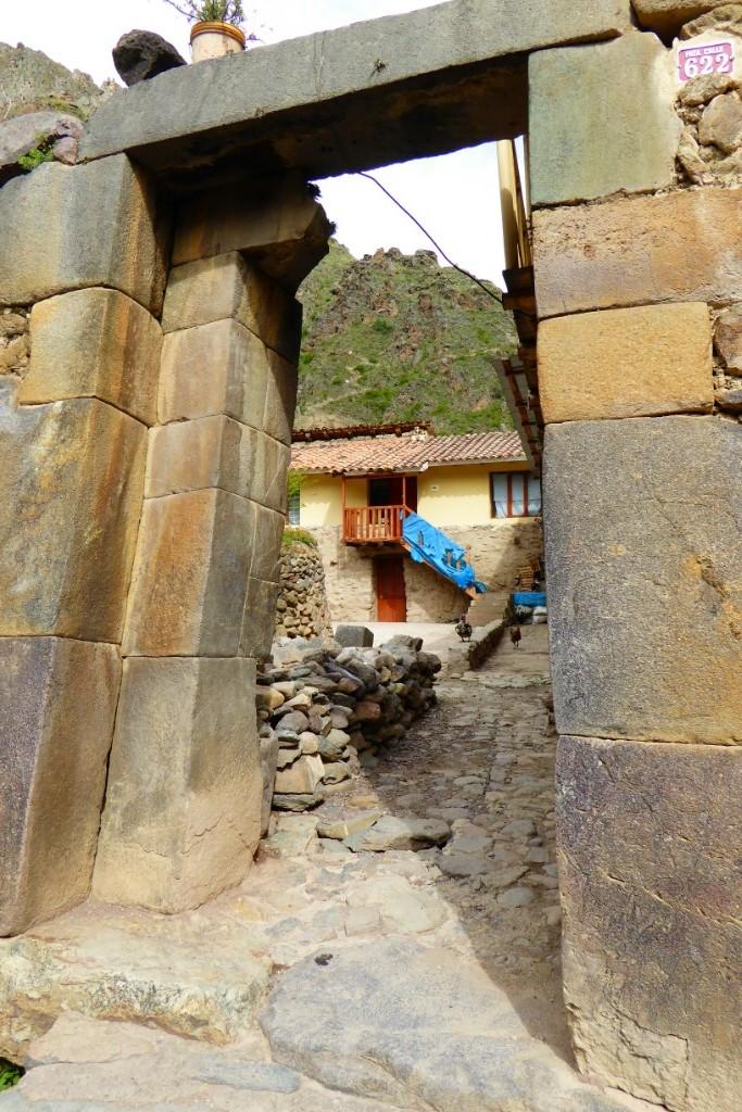 Las puertas con pesados dinteles de piedra dan paso a patios alrededor de los cuales se articulan varias viviendas