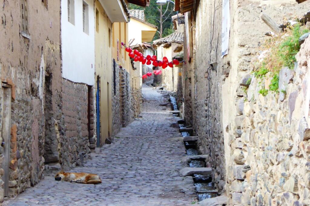Los canales de agua originarios de los incas aún son funcionales en casi todas las calles