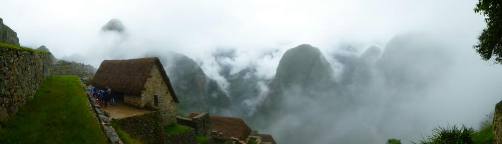 Las imponentes montañas cortan las nubes alrededor de la ciudadela