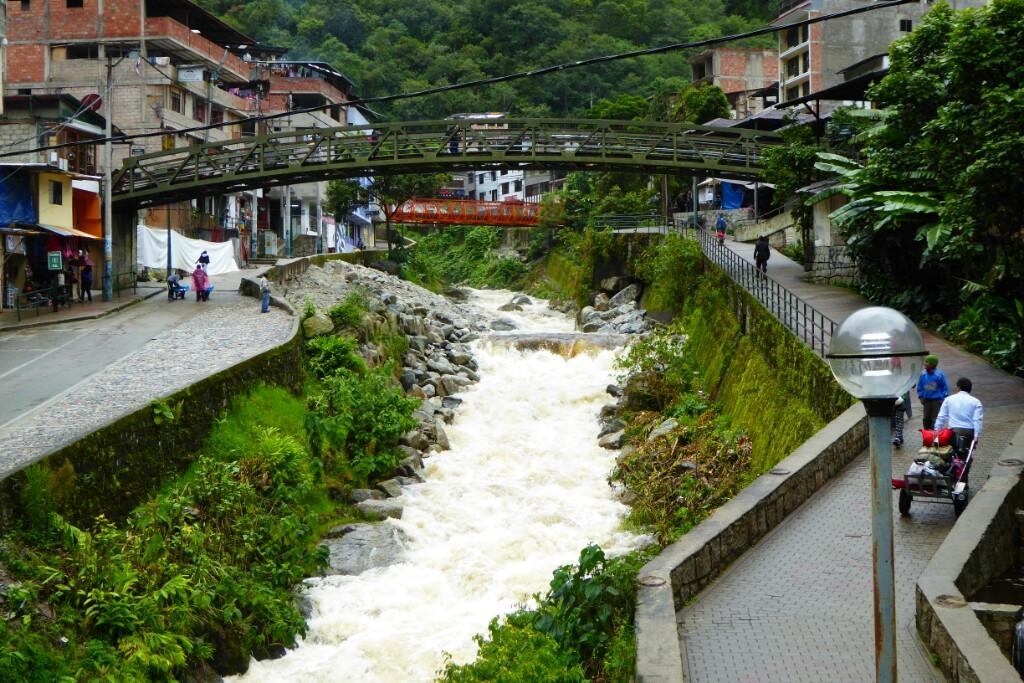 Aguas Calientes es poco más que un sitio de paso hacia Machu Picchu. Saliendo de la estación de tren tienes que pasar por un laberinto de tiendas de recuerdos para llegar al bus