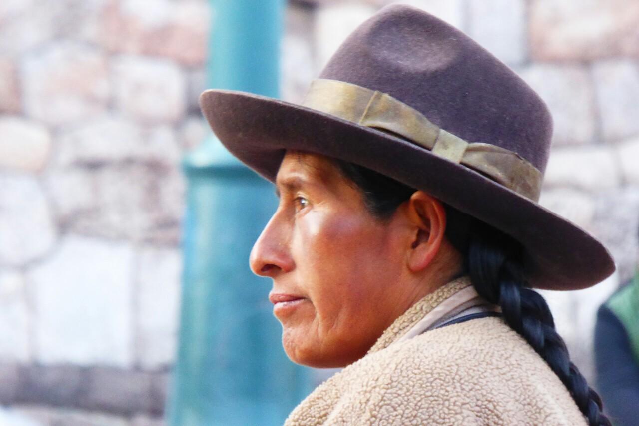 Rostros marcados por el sol enmarcados en esos sombreros extrañamente adecuados