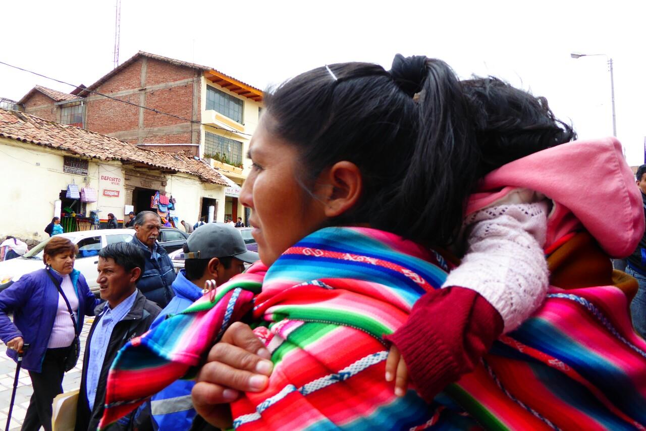 Por todas partes se pueden ver mujeres -también algunos hombres- con sus quic'llas a la espalda, cargando niños o cualquier cosa