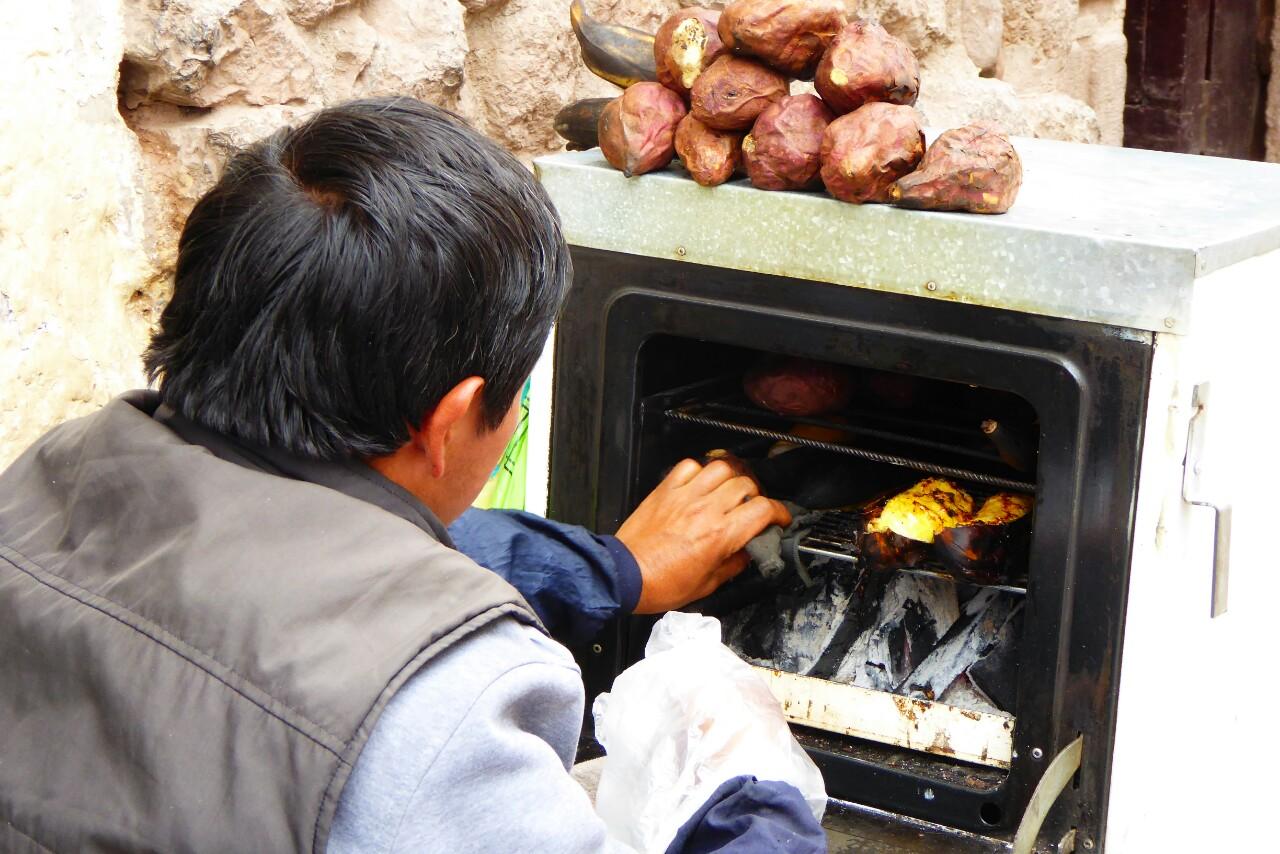 Por las mañanas se pueden comprar platanos y boniatos a la brasa, por la tarde predominan los vendedores de pinchos