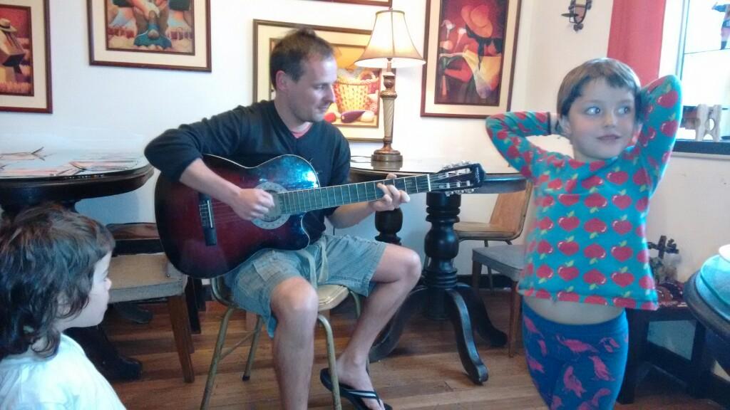 Xavi trabaja en una asociación de voluntariado, además de hacer bailar a Jana y Bruna a ritmo de rock