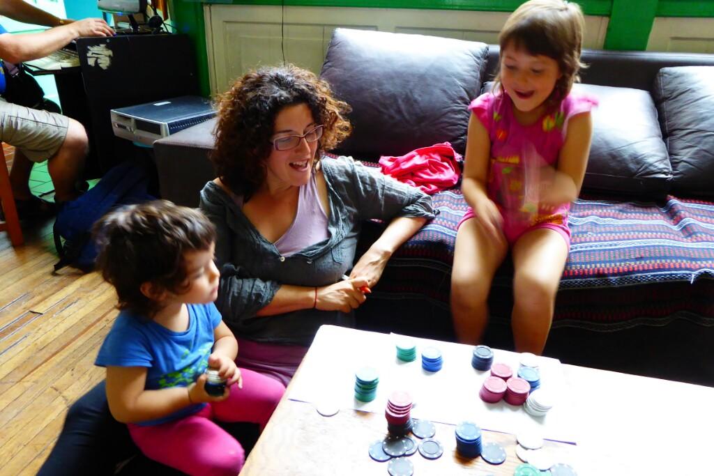 Jugando a sumas y restas con unas fichas de casino. Ludopatía Montessori.