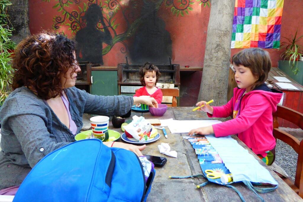 Dibujando en el patio del EcoHostel. Estamos aprendiendo a apreciar estos sencillos momentos de calma y placer