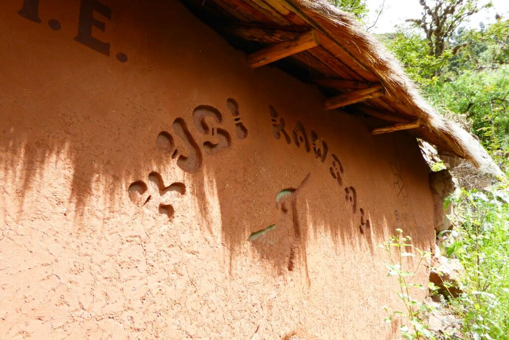 Al final del sendero un portalón hecho en adobe y madera nos da la bienvenida