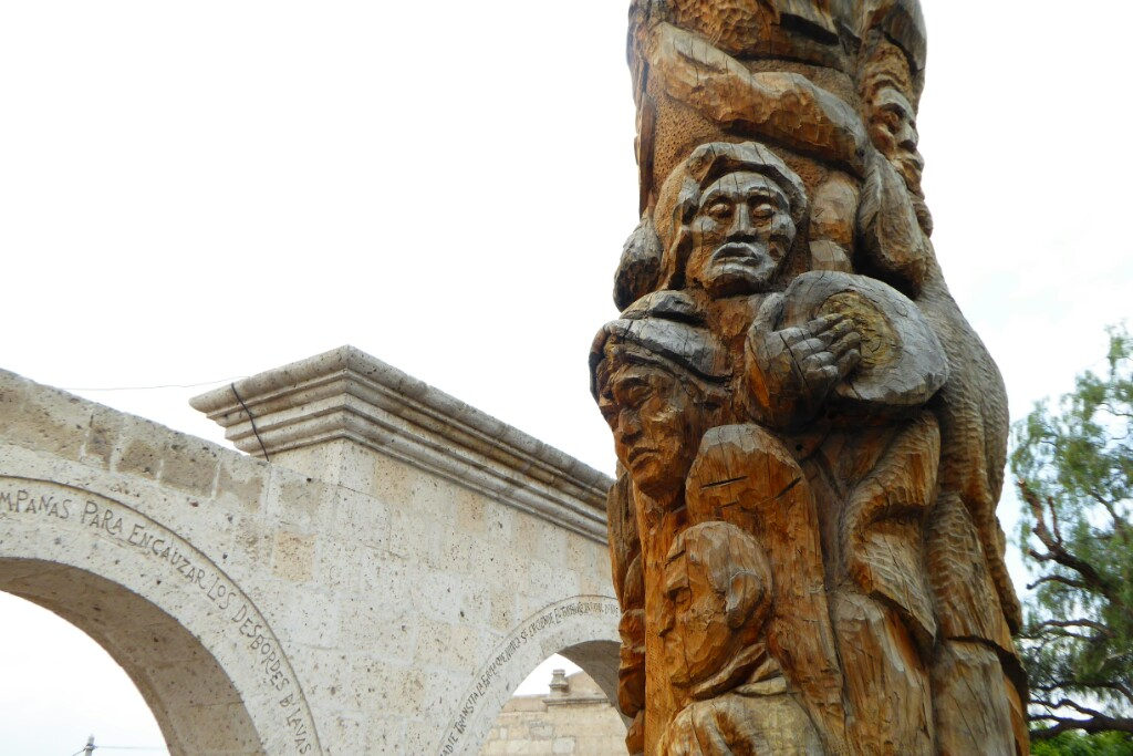 Tronco tallado junto al mirador de Yanahuara, representa la historia del distrito