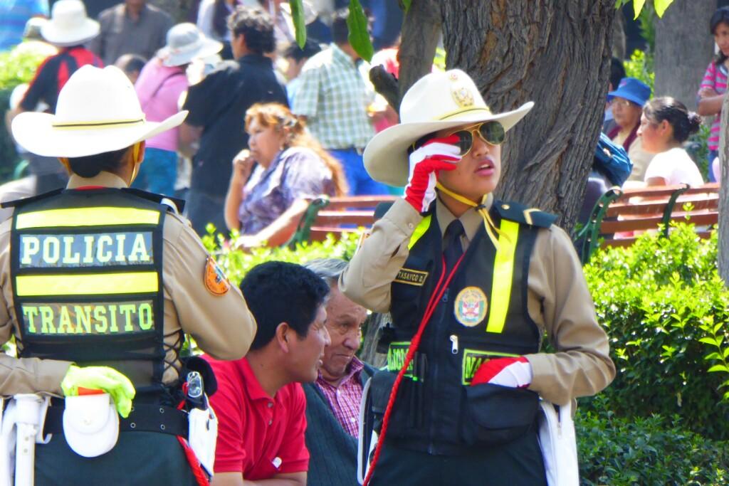 Llama la atención el uniforme de las guardas de tráfico, sombrero de cowgirl incluído