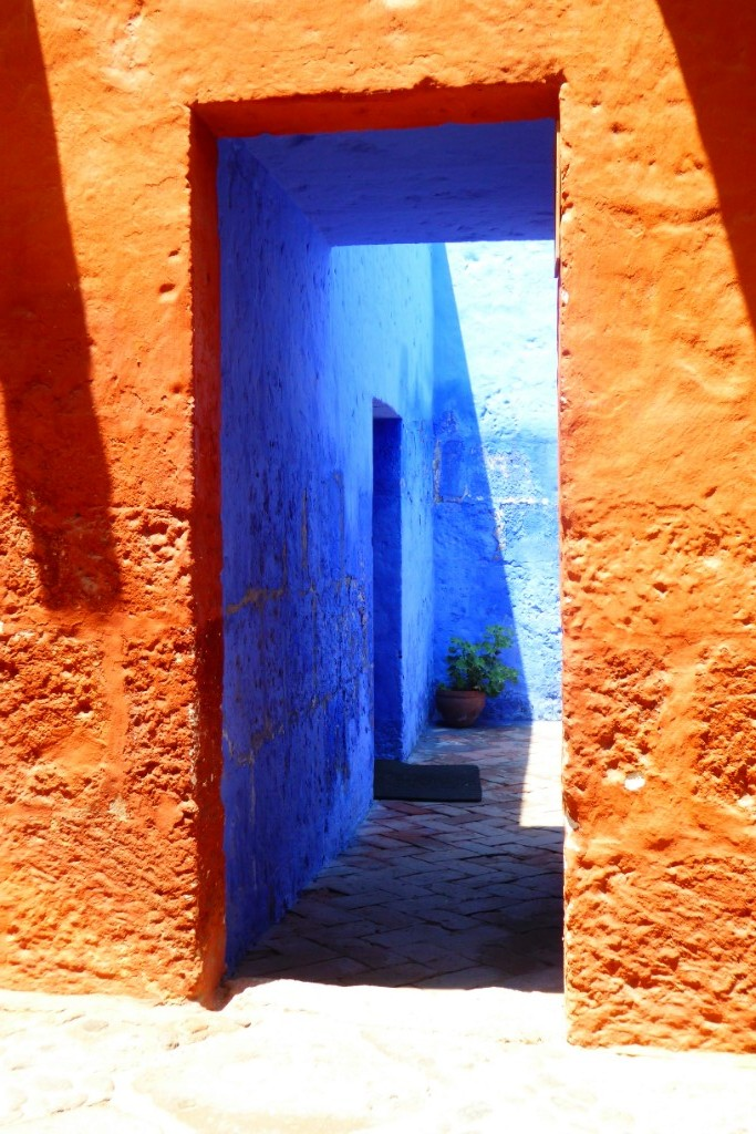 Calles y patios del convento pintados de colores