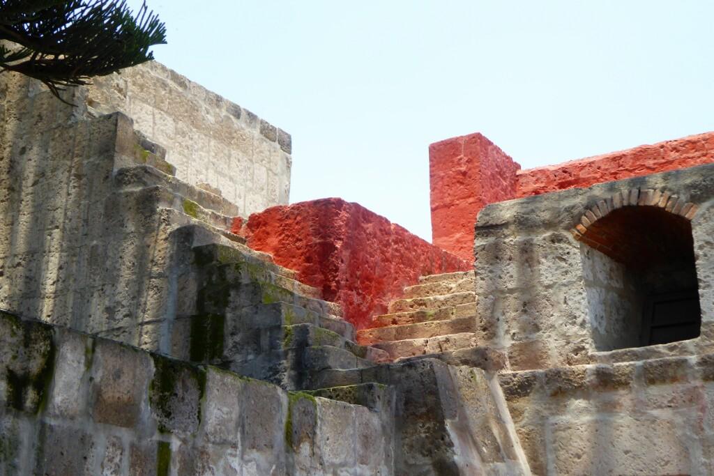En 5 siglos Arequipa ha sufrido terremotos y erupciones que han obligado a reconstruir partes de la ciudad y del convento. Por ello, a veces, se en escaleras que no an a ningún sitio o que no vienen de ningún sitio
