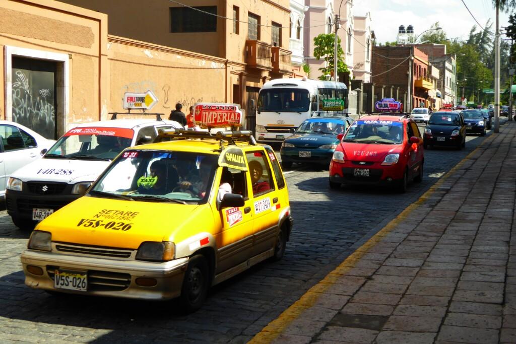 Taxis, taxis, más taxis... y pocos semáforos. Mala combinación