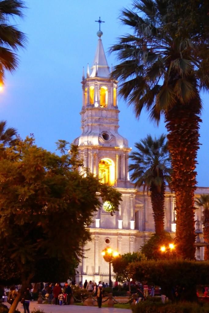 La espectacular catedral neorrenacentista de Arquipa ocupa uno de los laterales de la Plaza de Armas