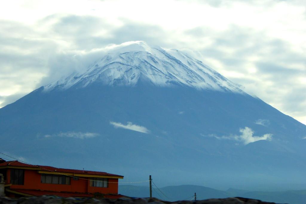 """El Misti, """"el caballero"""", se yergue imponente más de 3000 metros  por encima de la ciudad"""