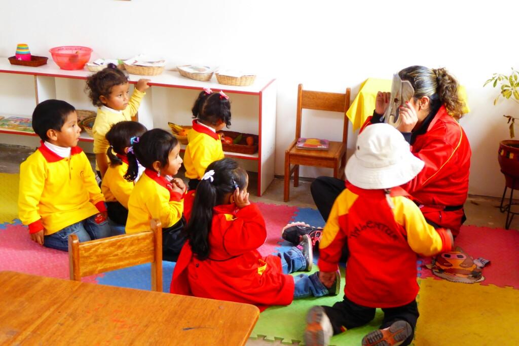 El aula de los más pequeños, atentos a su maestra-elefante