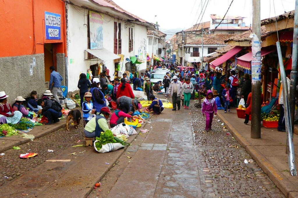 Las calles junto al mercado de San Pedro están siempre llenas de vida y color