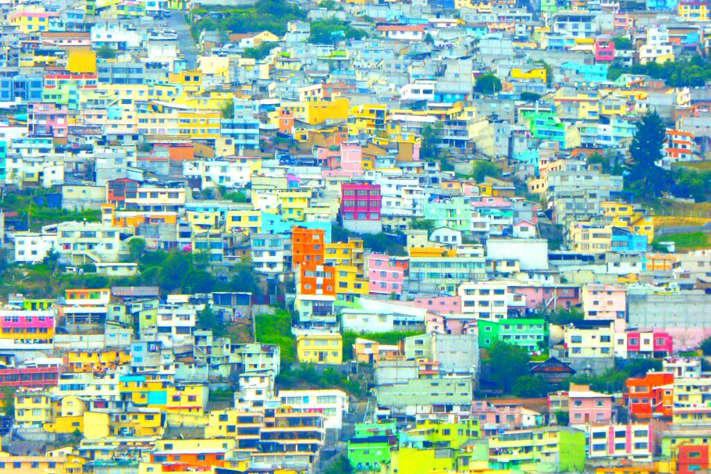 La ladera del Pichincha está colonizada, al igual que en Valparaíso, por un colorido rebaño de casas