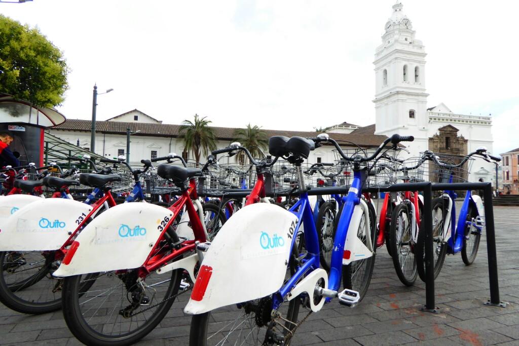 Quito tiene un sistema de transporte público en bicicleta parecido al de Barcelona, aunque menos restrictivo. Aunque aún hay pocas vías habilitadas y casi ninguna exclusiva.