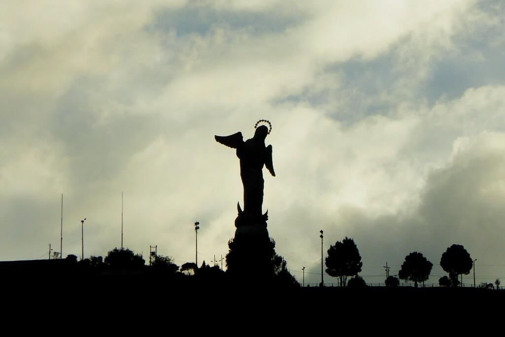La colina del Panecillo, coronada con una virgen alada pisoteando un dragón, se eleva como una burbuja sobre el centro de la ciudad. La figura es la escultura de aluminio más grande del mundo